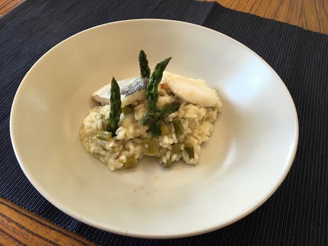 risotto de espárragos verdes y bacalao