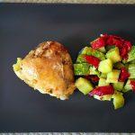 Pollo al ajillo con pimientos y calabacín