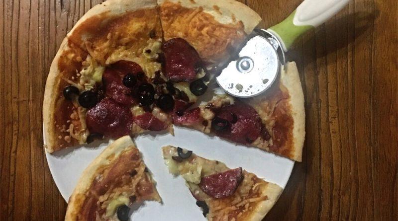 Pizza de salami, tomates secos y alcachofa