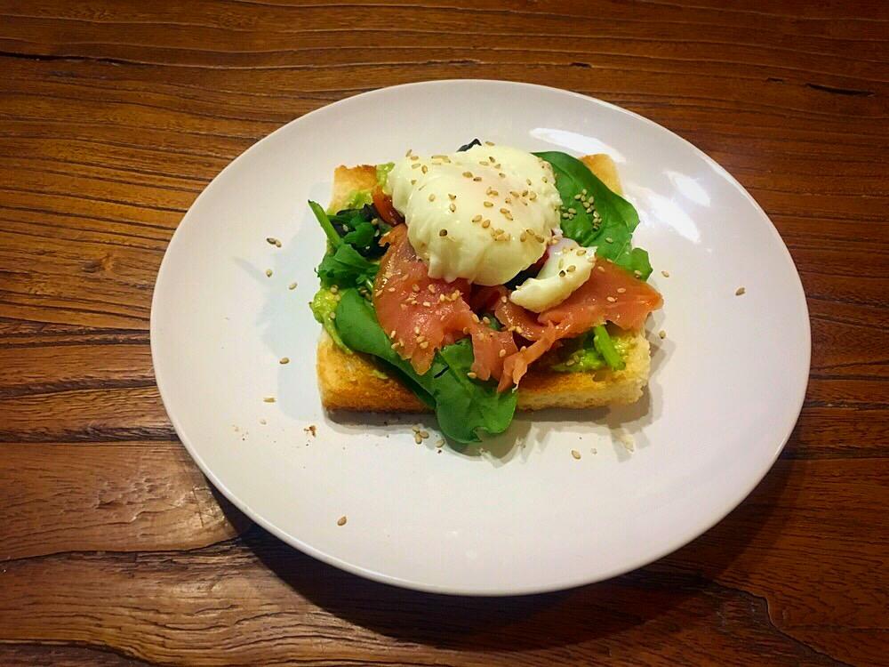 Tosta de aguacate, salmón ahumado y huevo escalfado