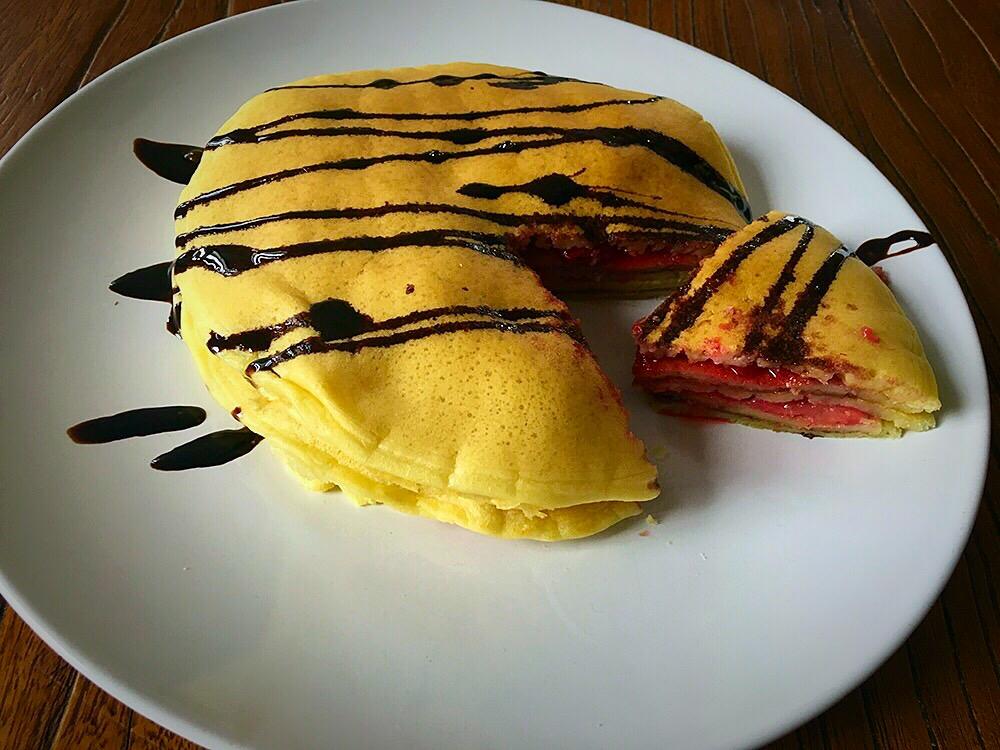 Pancakes con fresas y chocolate