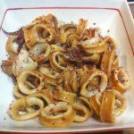 Calamares salteados con polvo de chile