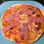 Pizza casera de champiñones y jamón york