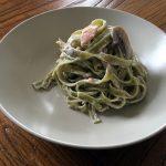 Tagliatelle de espinacas con champiñones y salmón ahumado
