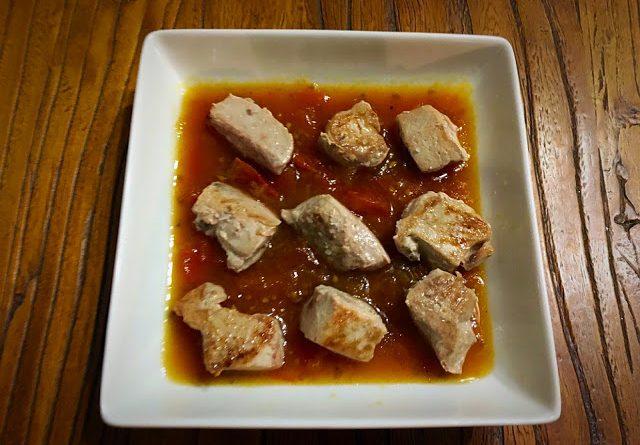 Atún con chutney de tomate