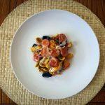 Orecchiette arcobaleno en salsa de tomate y ajo con salchichas