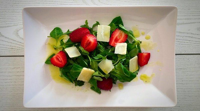 Ensalada de rúcula y canónigos con fresas y parmesano