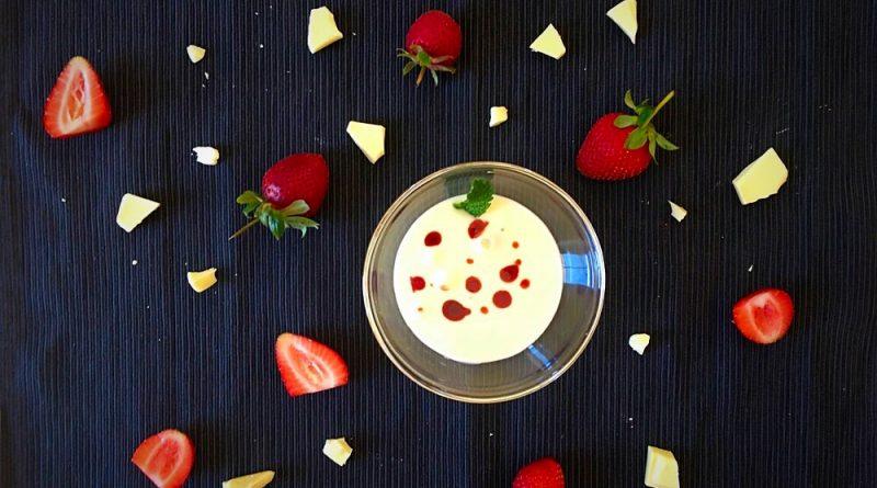 Sopa de chocolate blanco con fresas y pimienta