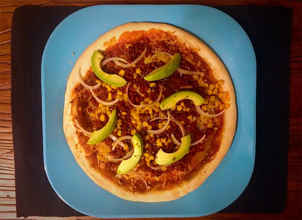 Pizza de chorizo parrillero, millo y aguacate