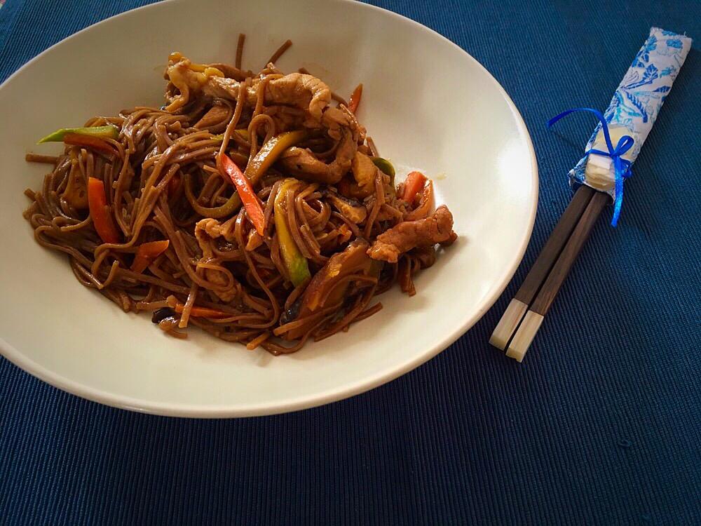 Fideos soba con carne y verduras