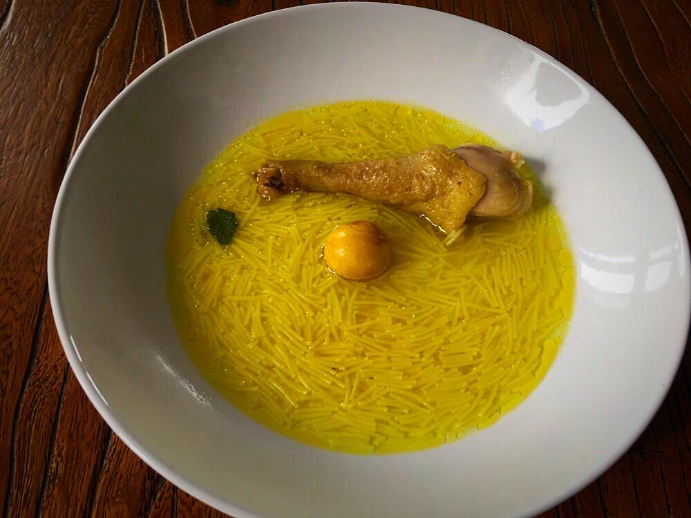 Sopa casera de gallina