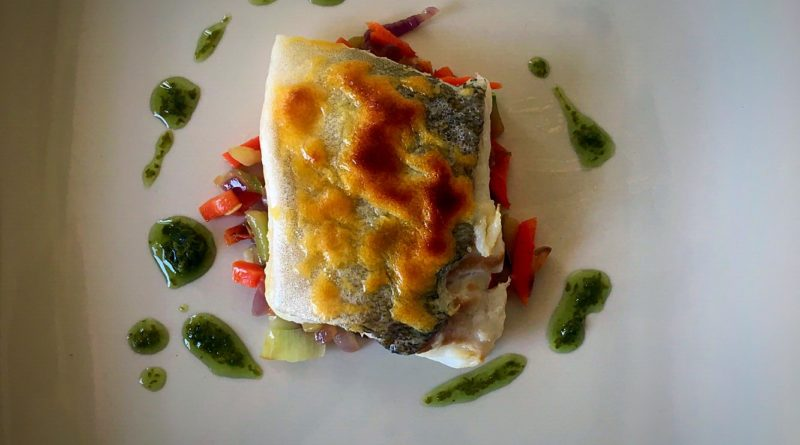Bacalao gratinado con verduritas salteadas y mojo de cilantro