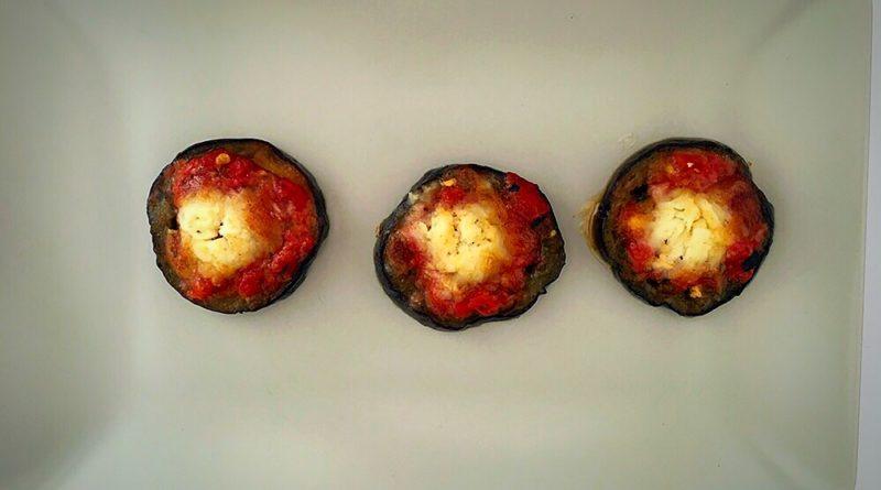 Berenjena, tomate especiado y rulo de cabra