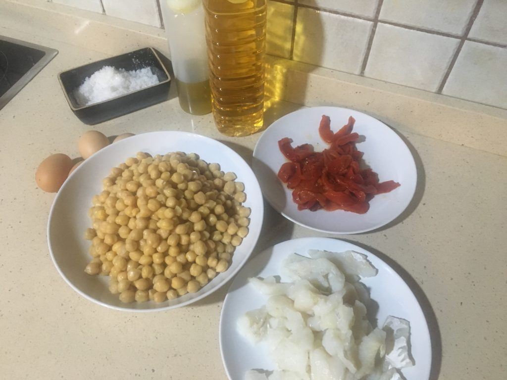 Ingredientes para ensalada de garbanzos con bacalao
