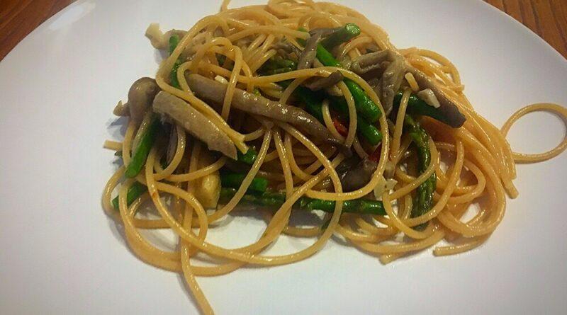 Espaguetis integrales con setas al ajillo y espárragos verdes