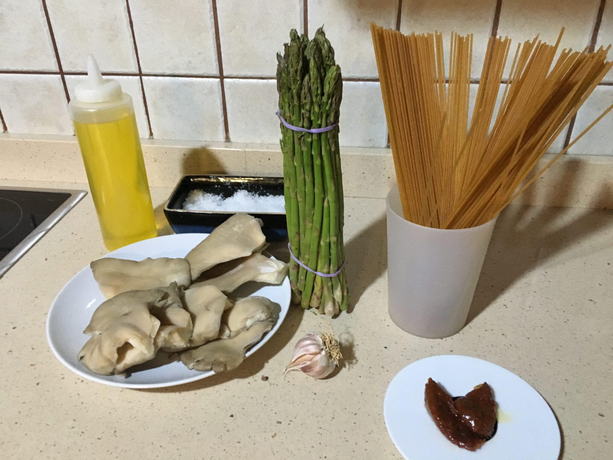 Ingredientes para Espaguetis integrales con setas al ajillo y espárragos verdes