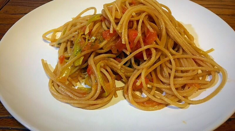 Espaguetis integrales con puerro y tomate