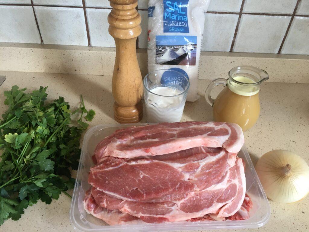 Ingredientes para chuletas de cerdo en salsa de perejl
