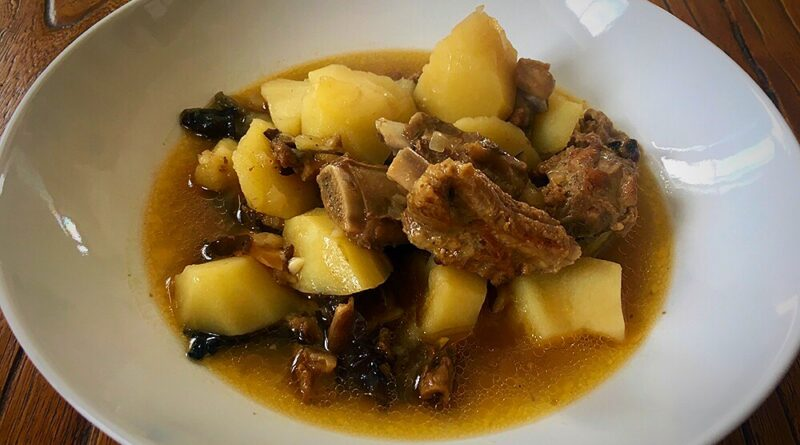 Cazuela de patatas, costillas y setas con su caldo