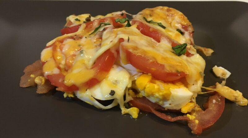 Huevos con tomate gratinados