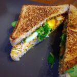 Sándwich de pollo asado, queso brie y dulce de higos