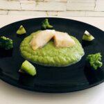 Bacalao con puré de apio y brócoli con kiwi