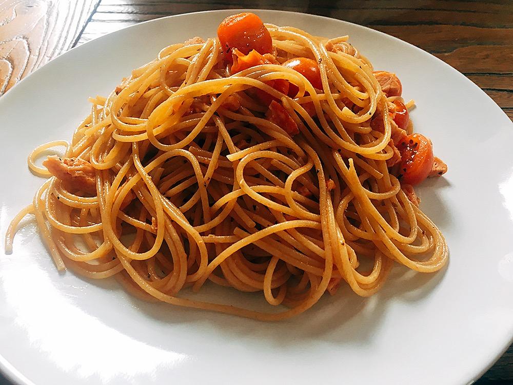 Espaguetis integrales con pavo y cherrys