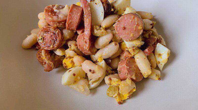 Ensalada de alubias con salchichas y bacon