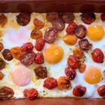 Huevos al horno con tomates cherry