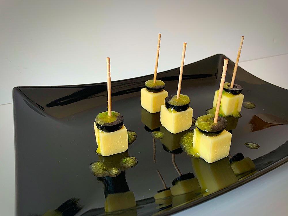 Aperitivo de queso y aceitunas negras