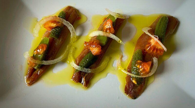 Sardina ahumada, encurtidos y tomate