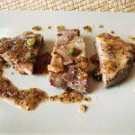 Chuleta de cerdo, salsa de mostaza y encurtidos