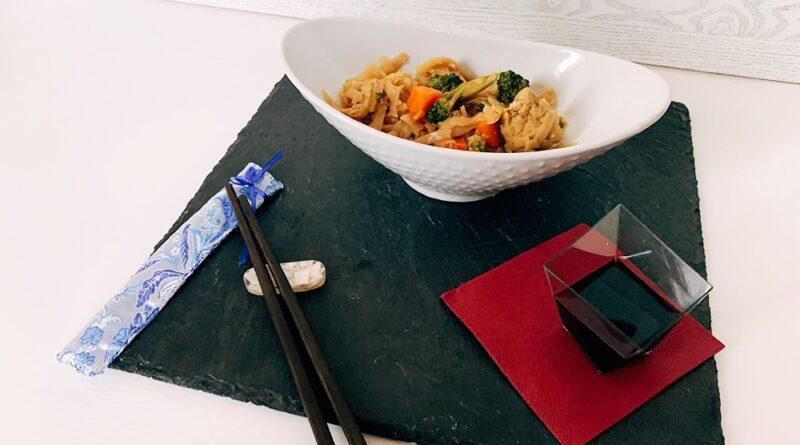 Noodles de arroz con pollo y verduras