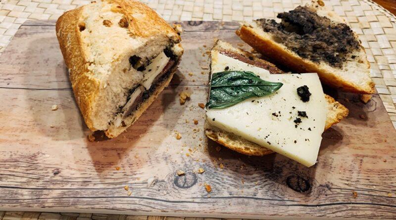 Bocata de ahumados, queso y olivada