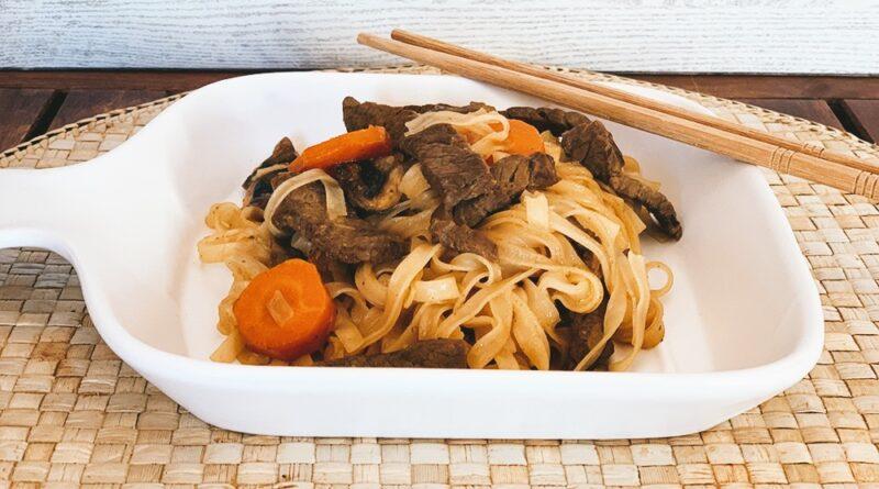 Noodles de arroz con ternera y champiñones