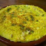 Tortilla de bacalao, pasas y piñones