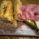 Bocadillo de lacón con queso y mostaza
