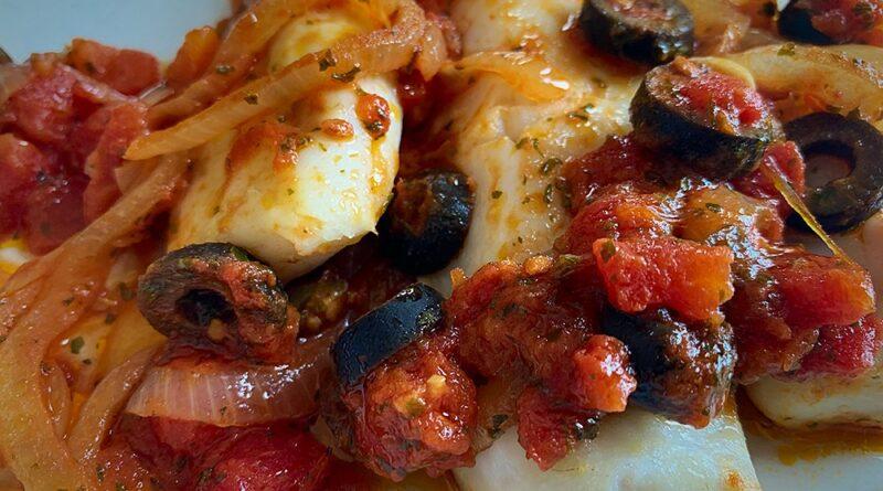 Merluza con tomate y anchoas