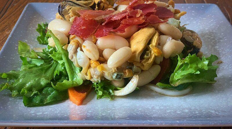 Alubias, ensalada, marisco en lata y jamón