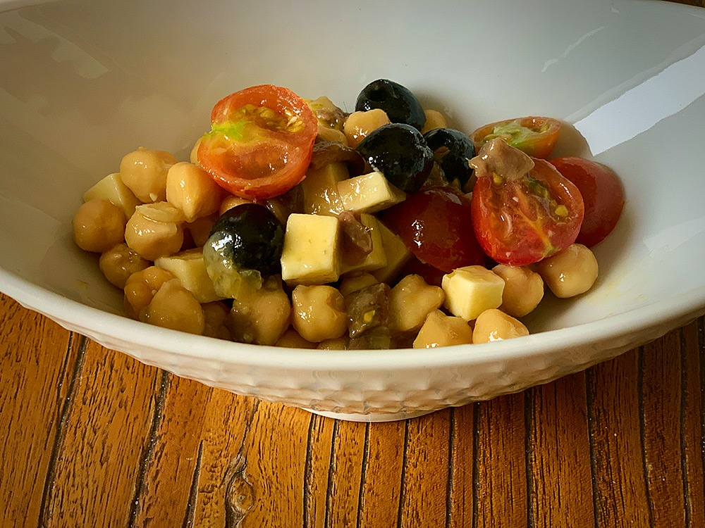 Ensalada de garbanzos, tomate y anchoas