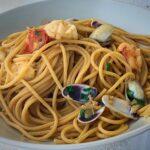 Espaguetis al vermú, coquinas y gambones