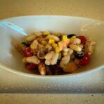 Ensalada de alubias con langostinos