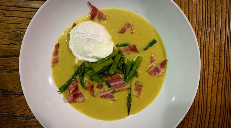 Sopa de curry y manzana, espárragos, huevo poché y jamón