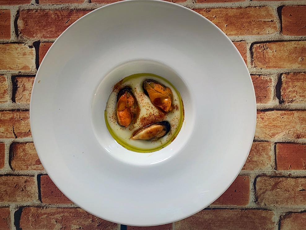 Mejillones, parmentier de papa, AOVE y pimentón