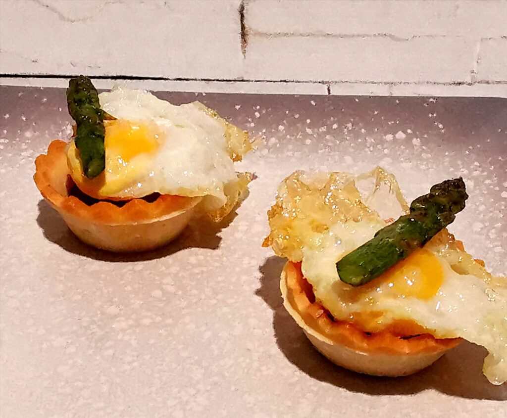 Tartaletas de huevo de codorniz, espárrago y cherry