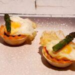 Tartaleta con huevo de codorniz, espárrago y cherry