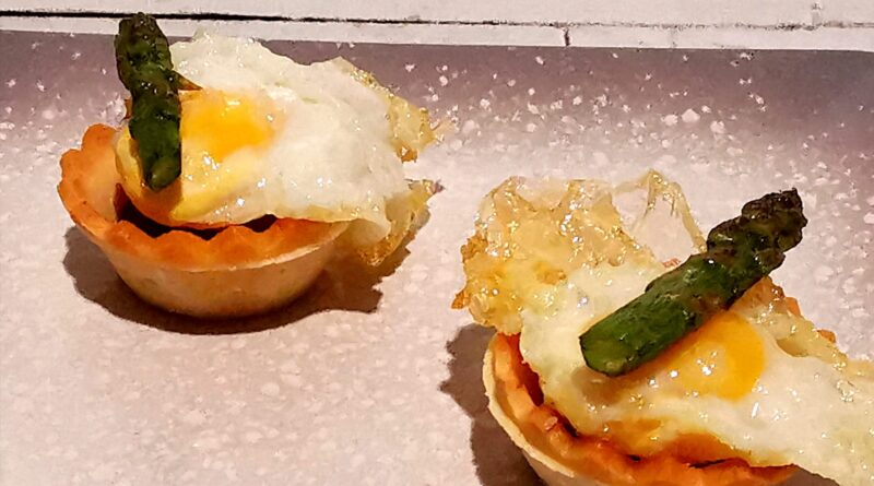 Tartaleta de huevo de codorniz, espárrago y cherry