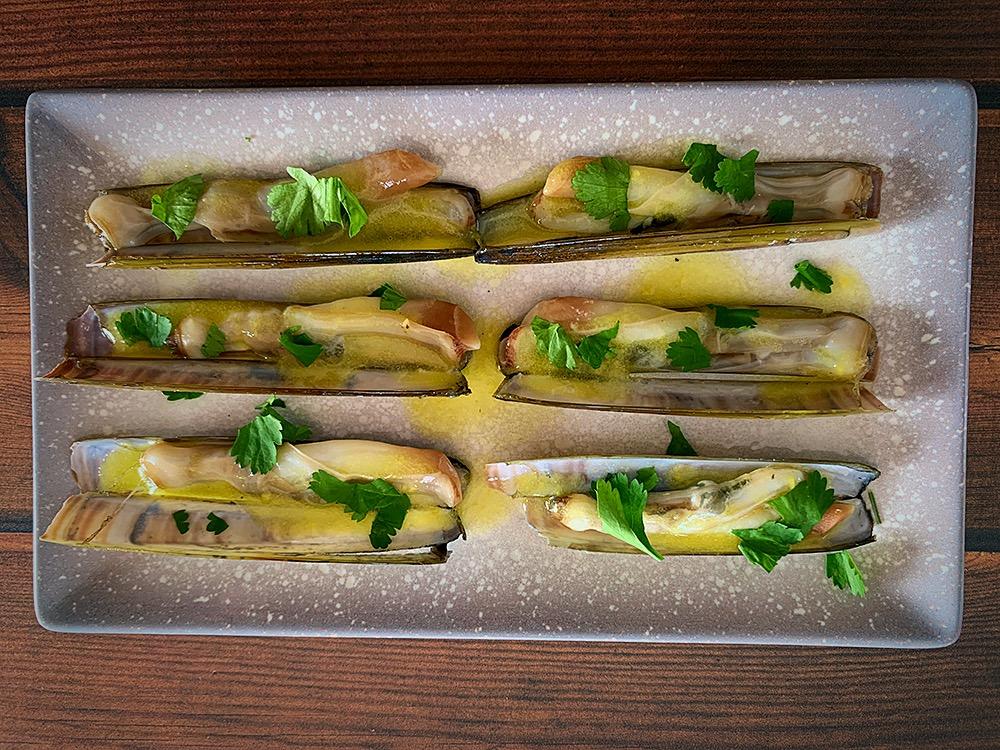 Navajas con vinagreta de mango y cilantro fresco