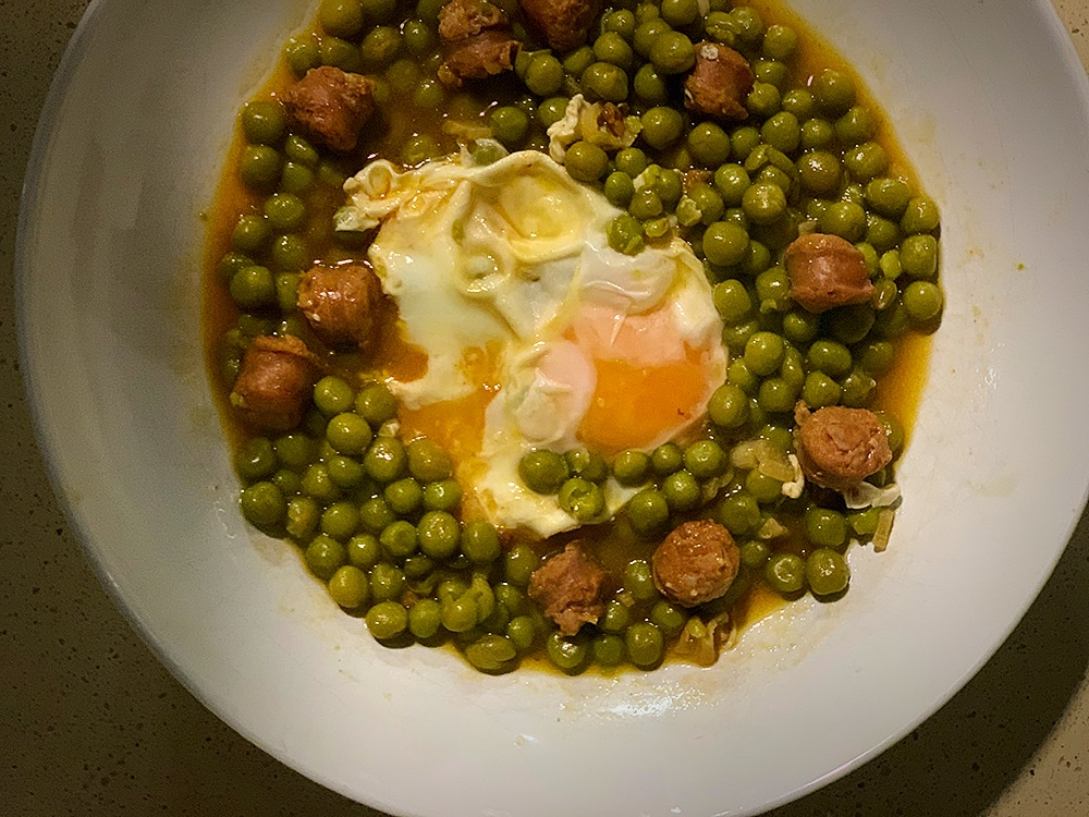 Guisantes, chistorra y huevo