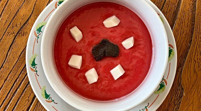 Crema fría de tomate y remolacha, queso tierno ahumado y olivada